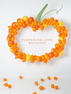 DIY pumpkin balloon backdrop perfect for your Halloween party photobooth. It's as simple as taking balloons and gluing them to cardboard. Halloween Backdrop, Halloween Balloons, Halloween Party Themes, Halloween Kids, Halloween Crafts, Halloween 2017, Happy Halloween, Halloween Inspo, Halloween Carnival