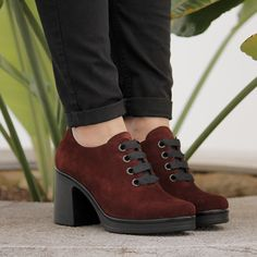 6d481ac0 Zapatos para mujer en color burdeos. Características:con cordones, tacón 7  cm y