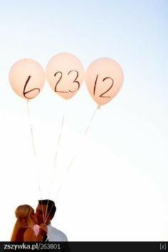 Anstatt simpler roter und weißer Ballons, das Hochzeitsdatum (oder Kennenlerndatum, oder oder)