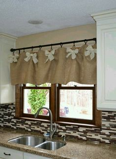 Burlap and White DIY Kitchen Valances. We werent sure if we could create kitchen… Minus the bows. Not really a bow girl. Burlap and White DIY Kitchen Valances. Source by Ideas on How to Choose the Right Styles of Kitchen Valances For Your Kitchen variou Kitchen Window Valances, Kitchen Window Treatments, Kitchen Windows, Easy Window Treatments, Window Valences, Kitchen Window Decor, Diy Kitchen Decor, Kitchen Designs, White Diy Kitchens