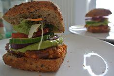 Laura hat sich Attila Hildmanns Kochbuch vorgenommen und daraus riesige Vegan for Fit Tofuburger nachgekocht.