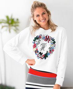 Tommy Hilfiger Celsa Deilig og myk genser, i et litt boxy snitt. Stor retro  logo på brystet. Tidsriktig og meget populær genser  fra Tommy Hilfiger. Ribb i hals, midje og mansjetter. ''take down'' fra Gigi Hadid kolleksjonen.  64%bomull, 36% polyester Tommy Hilfiger, Christmas Sweaters, Fashion, Moda, Fashion Styles, Christmas Jumper Dress, Fashion Illustrations, Tacky Sweater