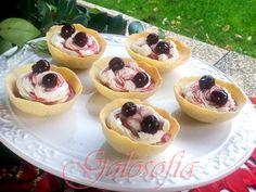 Cestini+di+pasta+frolla+con+zabaione,+panna+montata+e+amarene,+ricetta+golosa