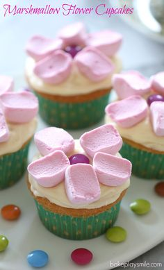 Perfect for birthday parties! These easy and super cute Marshmallow Flower Cupcakes are sure to be a hit!