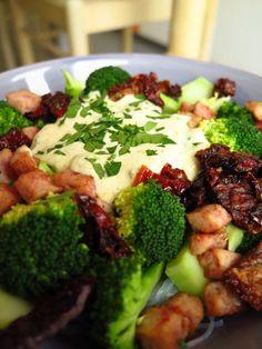 makaron ryżowy z brokułem i suszonymi pomidorami