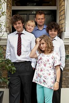 The Outnumbered kids with Pete and Sue (Hugh Dennis and Claire Skinner) Uk Tv Shows, Great Tv Shows, Movies And Tv Shows, British Tv Comedies, British Comedy, Hugh Dennis, Comedy Tv, Vintage Tv, Daughter Of God