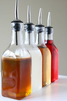 Homemade flavored syrups for coffee. Great gifts! Coconut Syrup, Vanilla Syrup, Coconut Simple Syrup Recipe, Peach Syrup, Lemon Syrup, Vanilla Beans, Soda Italiana, Coffee Drinks, Gastronomia