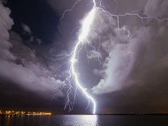 Lightning Bolt, Tampa, Florida (the lightning capital of the world) photo via carlar All Nature, Science And Nature, Amazing Nature, Beautiful Sky, Beautiful World, Tornados, Thunderstorms, Thunder And Lightning, Zeus Lightning Bolt