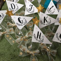 「#テーブルナンバー #テーブルナンバーdiy #マルティネリの空瓶 で作成♫ しかし途中で星のリボンがなくなり、親族席のみ普通のリボン笑 #プレ花嫁 #ちーむ1105 #2017秋婚…」