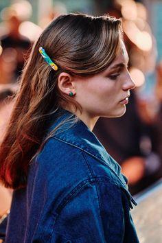 Les accessoires cheveux repérés à la Fashion Week que l'on portera tous l'été 2020 Grace Jones, Big Four, Beckham, Bcbg, Lisa, Barrettes, Jeremy Scott, Long Hair Cuts, Jason Wu