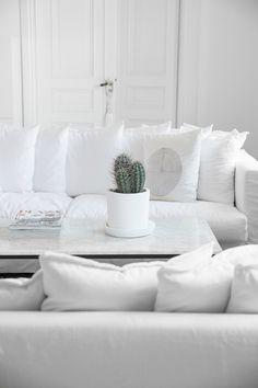 The Simple Yet Breath-Taking Beauty of a Scandinavian White Haven - Decoholic White Haven, Scandinavian Home, White Rug, Traditional Decor, Living Room Interior, Interior Livingroom, Seat Covers, Inspired Homes, Decoration