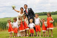 Orange. Les gilets de la même couleur que la ceinture et le bas de la robe  !!!