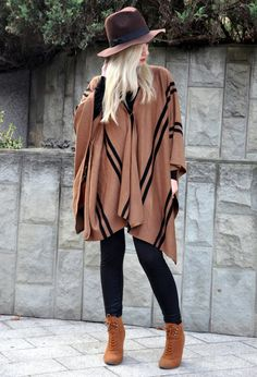 Need to look for a blanket like this for a poncho Poncho Cape, Poncho Outfit, Look Fashion, Trendy Fashion, Fashion Outfits, Fall Winter Outfits, Autumn Winter Fashion, Capes & Ponchos, Outfits With Ponchos