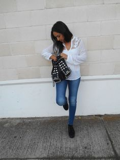 http://unachicasual.blogspot.com.es/2014/10/look-for-day-day.html#more look, ootd, outfit, moda, fashion, trend, girl, inspiration, camisa, shirt, blanco, white, jeans, denim, deportivas, sneakers, negro, black, mochila, backpack, perlas