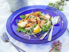 Vappuruoat miettimättä? Tällä lämpimällä salaatilla starttaa grillikauden, mutta jos grilli uupuu, onnistuu tämä pannullakin. 😎 Kokeilin Lidlin chili-braatvurstia tähän, ja se toimi todella hyvin olut-sinappikastikkeen kera. 😋 #vappu #vappuruoka #horta #villiyrtit #hävikkiruoka #hävikkiperunat #salaatti #grilliruoka #vappuherkut #grillaus #lidlsuomi #kotiliesiblogit #kotiliesi Lidl, Cobb Salad, Ethnic Recipes, Food, Instagram, Essen, Meals, Yemek, Eten
