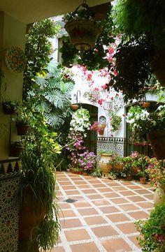 spanish style homes description Mexican Garden, Spanish Garden, Spanish Courtyard, Mexican Patio, Spanish Style Homes, Spanish House, Spanish Colonial, Hacienda Style, Mediterranean Home Decor