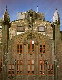 De Amsterdamse school - met architecten zoals J. van der Mey, P. Kramer & M. de Klerk - Het Scheepvaarthuis,1912-16 A'dam / detail gevel van ingang