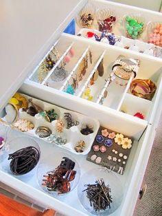 how to organize your jewelry in a drawers using kitchen trays, ice trays, eggs boxes and curtains racks. come organizzare tutti i tuoi gioielli in un cassetto utilizzando vassoi e divisori da cucina, vaschette per il ghiaccio, contenitori in cartone per le uova, e binari per tende. Como Organizar La Joyeria #storagetips