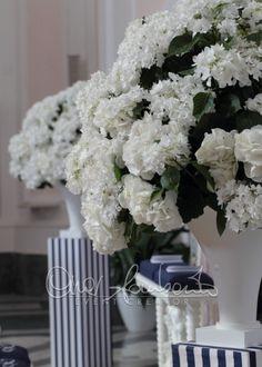 Gorgeous wedding in Italy. L'eleganza senza tempo del bianco e blu per gli allestimenti floreali in chiesa. | Cira Lombardo Wedding Planner