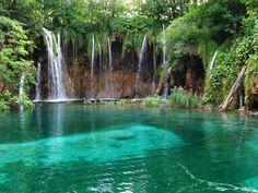 PARQUE NACIONAL DE LOS LAGOS DE PLITVICE. Nadie debería dejar Croacia sin visitar antes los lagos de Plitvice. Son Patrimonio Mundial de la Unesco y una de sus joyas más preciadas. En total son 16 lagos conectados por increíbles cascadas. Y, por supuesto, está rotundamente prohibido bañarse en cualquiera de ellos.
