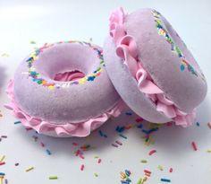 Bath Bombs Donut Bath Bomb Pink Birthday by VelvetMoonStudio Bath Bomb Recipes, Soap Recipes, Happy Birthday Gifts, Pink Birthday, Cupcake Bath Bombs, Cupcake Soap, Bath Booms, Easy Diy Christmas Gifts, Homemade Scrub