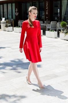 Rochie clos rosie Focus: croiala ce pune în evidență talia, feminitatea și inspiră eleganță și grație