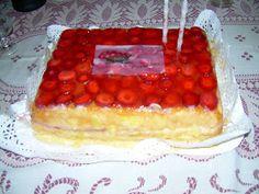 Cozinha em Part Time: O meu bolo de Aniversário 2011 - Bolo fofo de massa folhada com recheio de creme pasteleiro e cobertura de morangos