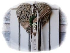 **Wir bieten Ihnen einen tollen Türkranz zum Kauf an.**  _- Dekoriert ist das Weideherz mit einem künstlichem-Buchsbaumkranz, Schleifenbänder, Welcome-Schild, Holzblüte, Perlen, Draht,...