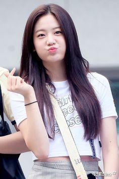 Kpop Girl Groups, Kpop Girls, Ootd Hijab, Seolhyun, Ulzzang Girl, Pop Group, Medium Hair Styles, Korean Girl, Girl Fashion