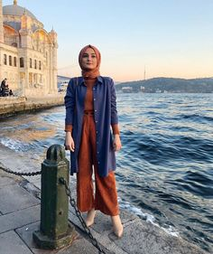 Image may contain: 1 person, standing, ocean, sky, outdoor and water Hijab Dress, Hijab Outfit, Niqab, Muslim Fashion, Modest Fashion, Fashion Outfits, Simple Hijab, Hijab Style, Hijab Fashion Inspiration