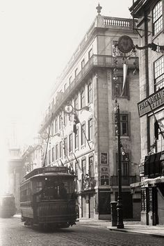 Old old Lisbon Project Old Pictures, Old Photos, Vintage Photos, History Of Portugal, Nostalgic Pictures, Wide World, Interesting Buildings, Most Beautiful Cities, Old World Charm