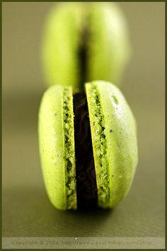 Macarons or Victim of a Food fashion — Macha & chocolate macaron by La Tartine Gourmande