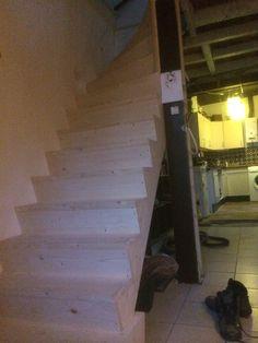 Op maat gemaakte vurenhouten trap met kwart draai!