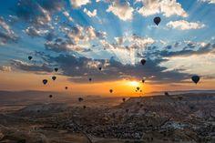 230 Jahre bemannte Luftfahrt: Am 15. Oktober 1783 stieg der erste Heißluftballon mit menschlichem Passagier in die Luft.   Bis zu diesem Zeitpunkt waren die Passagiere bloß ein Hammel, eine Ente und ein Hahn gewesen, wobei sich letzterer, nach Überlieferung, bei der Landung ein Bein brach.  Bild: www.ohwow.de, Heißluftballone über der Türkei  Mehr davon:  http://kurier.at/lebensart/reise/aus-luft-und-liebe/31.038.810/slideshow