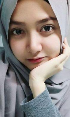 Pin Image by Hijab Instag Beautiful Hijab Girl, Beautiful Muslim Women, Beautiful Eyes, Arab Girls Hijab, Muslim Girls, Casual Hijab Outfit, Hijab Chic, Stylish Hijab, Hijabi Girl