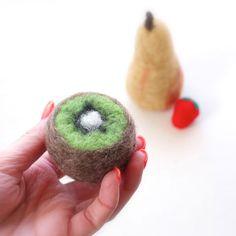 How To: Needle Felted Fruit - Kiwi ▽▼▽ My Poppet : your weekly dose of crafty inspiration Wool Needle Felting, Needle Felting Tutorials, Needle Felted Animals, Wet Felting, Felt Animals, Fruit Crafts, Felt Crafts Diy, Bunny Crafts, Felt Fruit
