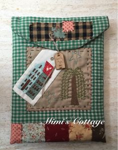 Funda tablet tamaño Ipad Precio 22€ Incluye: patrón, instrucciones, telas, forro, cordón y botón/etiqueta Japanese Patchwork, Patchwork Bags, Embroidery Patterns, Quilt Patterns, Bag Patches, Kindle Case, Patch Aplique, Handmade Purses, Country Crafts