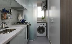 Para ganhar amplitude, porta de correr em vidro foi instalada na lavanderia. Foto: Mariana Orsi.