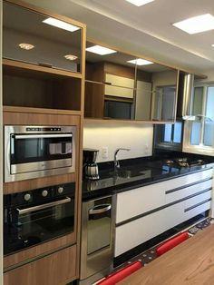 Cozinha com armários espelhados