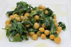 It's the easiest salad to make and it is unbelievably good. It's great as an aperitif or a side dish and you can also eat it in a pita bread. Delicious Vegan Recipes, Tasty, Easy Salads To Make, Spinach Salad Recipes, Pita Bread, Hummus, Cantaloupe, Chickpeas, Side Dishes