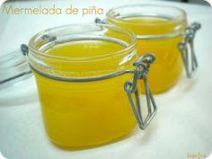 MERMELADA DE PIÑA – 500 gr de piña natural – 350 gr de azúcar – Medio limón  Así se prepara: 1.- Pela bien la piña y córtala en trozos pequeños. 2.- Pela el limón y límpialo bien de partes blancas y huesos. 3.- Introduce todos los ingredientes en el vaso, licuar. 4.- Cocer hasta que quede espesa. 6.- Vierte en frascos de cristal y deja enfriar a temperatura ambiente.