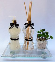 Kit Lavabo Completo incluí: <br>1 sabonete liquido 250ml <br>1 difusor 250ml <br>1 vasinho de suculenta <br>1 bandeja vidro com pés cromados 25x15 Handmade Home Decor, Diy Home Decor, Homemade Reed Diffuser, Pearl Crafts, Room Diffuser, Diy Presents, Altered Bottles, Painted Wine Glasses, Apothecary Jars