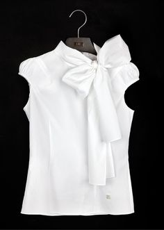 White Shirt by Carolina Herrera - The white blouse is a must in any closet garment female. It's a versatile piece that can be used in countless occasions and always make you look good! Fashion News, Fashion Outfits, Fashion Trends, Classic White Shirt, Carolina Herrera, White Shirts, White Blazers, Cute Tops, Shirt Blouses