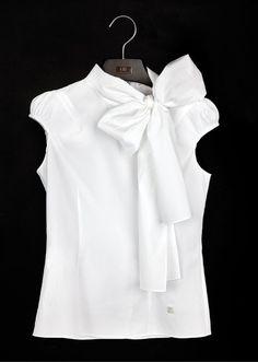 La blusa blanca, tan universal como imprescindible, ¡es una pieza icónica de la firma Carolina Herrera!