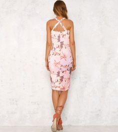 Vestido rosa pêssego com estampado floral em diversos tons de rosa, branco, roxo seco e pêssego. O tom pastel rosa pêssego deste vestido aliado ao estampado floral confere um toque romântico ao teu look.  Com peito acolchoado, corte justo, cintado e comprimento médio (pelo joelho), este vestido é perfeito para realçar as tuas curvas com um look casual e elegante durante este verão! Look Casual, Pastel, Floral, Dresses, Fashion, Pink Sundress, Gorgeous Dress, Mid Length, Clothes Women