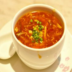 HOT AND SOUR SOUP Is the winter making you crave a hot and spicy soup? Hot and Sour Soup can keep you warm and is extremely sumptuous. Seafood Soup Recipes, Vegetarian Recipes, Sweet And Sour Soup, Green Chilli Sauce, Clean Recipes, Cooking Recipes, Cooking Time, Florence Food, Vegetarische Rezepte