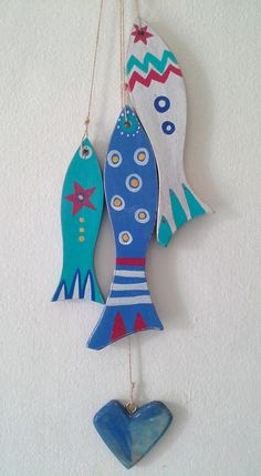 Peces en madera, pintados a mano Clay Fish, Ceramic Fish, Wooden Painting, Wooden Art, Fish Crafts, Beach Crafts, Wood Crafts, Diy And Crafts, Arts And Crafts