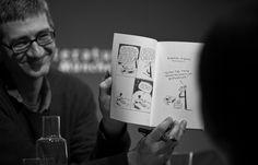 Jaja... aber ist es LITERATUR?: Nicolas Mahler Literaturhaus München. Auch in der vierten Sammlung von autobiografischen Geschichten »Franz Kafkas nonstop Lachmaschine« (REPRODUKT) berichtet Nicolas Mahler mit trockenem Witz aus seinem aufregenden Leben als Comiczeichner und von den grotesken Situationen, in die er fortwährend gerät © Juliana Krohn