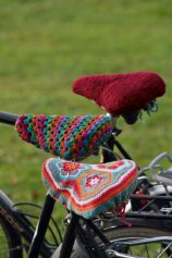 Free Crochet Pattern: African Flower Bike Seat Cover.  So cute!  Emily needs to learn how to deuten Deutsch