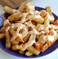 Batata frita com molho de queijo e alho